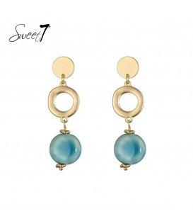 Goudkleurige oorbellen met als hanger een muntje en een blauwe steen