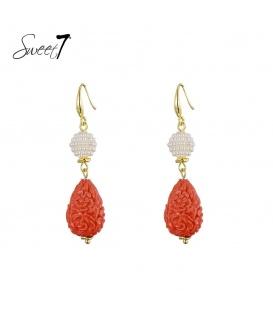 Goudkleurige oorbellen met een witte en rode hanger