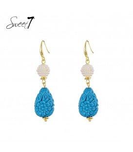 Goudkleurige oorbellen met een witte en blauwe hanger