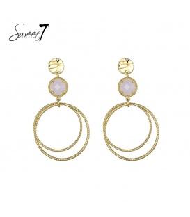 Goudkleurige oorbellen met een witte steen en een ronde hanger