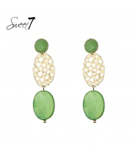 Oorbellen met groene stenen en een goudkleurige bedel