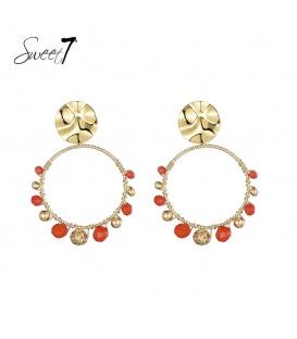 Goudkleurige oorstekers met een ronde hanger met rode kraaltjes