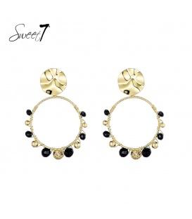 Goudkleurige oorstekers met een ronde hanger met zwarte kraaltjes