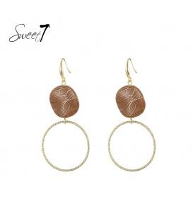Goudkleurige oorbellen met een bruine steen en een ronde hanger