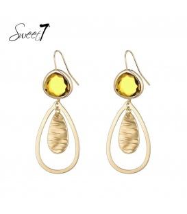 Goudkleurige oorbellen met een gele steen en een druppelvormige hanger