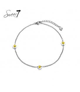 Zilverkleurig enkelbandje met drie wit met gele bloemetjes