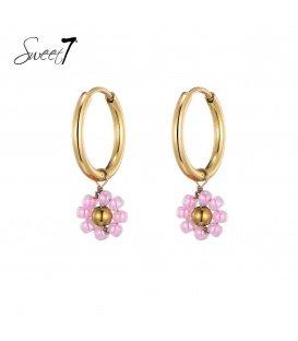 Goudkleurige oorringen met een roze bloemetje