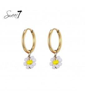 Goudkleurige oorringen met een geel met wit bloemetje