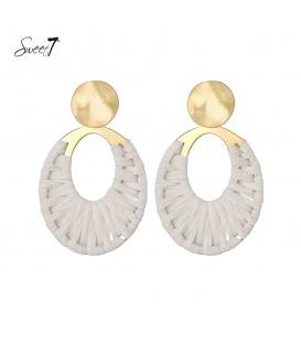 Goudkleurige oorstekers met een ovale witte raffia hanger