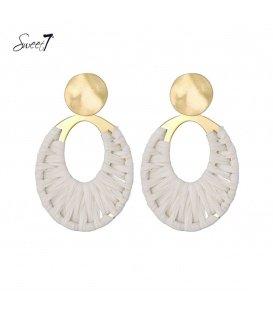 Goudkleurige oorstekers met een ovale naturelkleurige raffia hanger