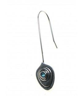 Zilverkleurige oorhanger met hanger in bladvorm en helder blauw strass steentje