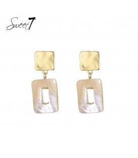 Bruin gekleurde oorbellen met een vierkante hanger van schelp en goudkleurig oorstukje