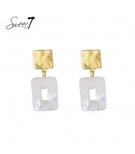 Witte oorbellen met een vierkante hanger van schelp en een goudkleurig oorstukje