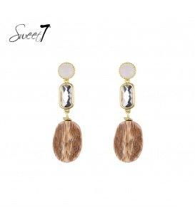Witte oorhangers met een bruine houten hanger