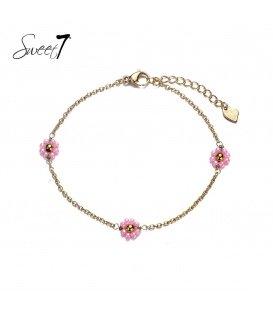 Goudkleurige armband met 3 roze bloemetjes van kleine kraaltjes