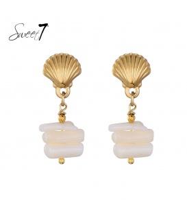 Goudkleurige oorstekers in schelpvorm met een witte hanger