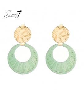 Groene oorclips van raffia en een goudkleurig oorstukje