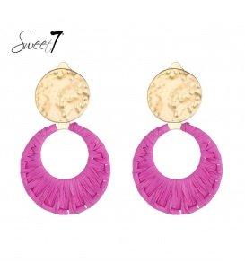 Roze oorclips van raffia en een goudkleurig oorstukje