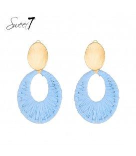 Licht blauwe oorclips van raffia en een goudkleurig oorstukje