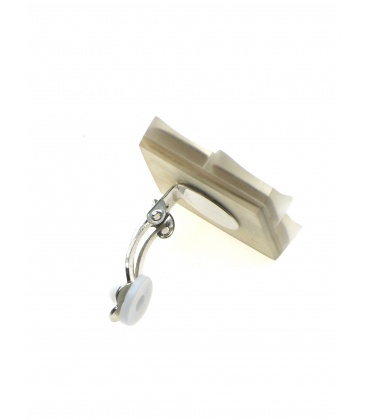 Vierkante beige oorclips met parelmoer inleg van het merk Culture Mix.