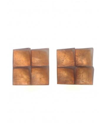 Vierkante oranje oorclips met parelmoer inleg van het merk Culture Mix.