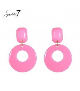 Roze oorbellen met een resin hanger