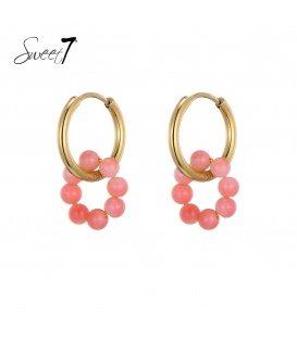 Goudkleurige oorringen met een ring van roze parels