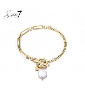 Goudkleurige armband met als bedel een schelpen parel