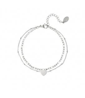 Zilvergekleurde meerlaagse armband met een hartbedeltje