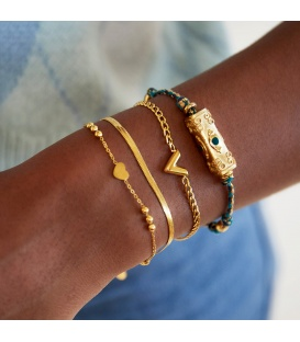 Zilverkleurige armband met een kraal als de letter V