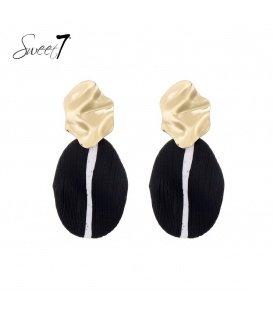 Zwart gekleurde oorhangers met een golvend goudkleurig oorstukje