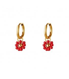 Goudkleurige oorringen met een rood bloembedeltje met kralen