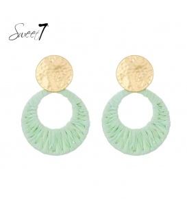 Mint groene oorbellen de hanger is van raffia en goudkleurig oorstukje