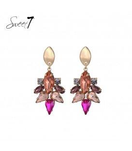 Gekleurde oorhangers van kristallen steentjes en een goudkleurig oorstukje