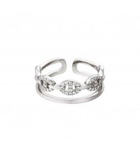 Zilverkleurige ring vergrendeld met zirkoon steentjes