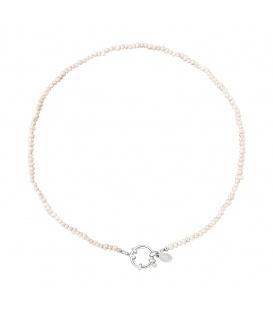 Zilverkleurige halsketting met witte glaskralen en een ronde sluiting