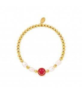 Goudkleurige armband met een rode smiley en parels