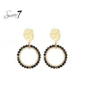 Zwart gekleurde natuurstenen oorhangers met een bewerkt goudkleurig oorstukje