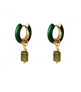 Groene oorringen met als hanger een groen steentje