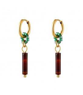 Goudkleurige oorbellen met groene kralen en een bruine steen