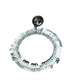 Zilverkleurige ronde oorhanger gemaakt van zilverkleurige pailletjes.