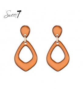 Bruin, oranje oorbellen met een driehoekige hanger