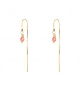 Goudkleurige oorbellen met een hangende ketting en roze steentje
