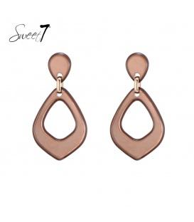 Licht bruin gekleurde oorbellen met een driehoekige hanger