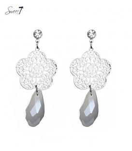 Zilverkleurige bloemen oorhanger met een licht grijze steen
