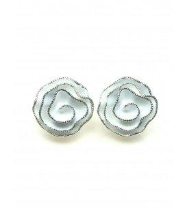 Witte bloem oorclips