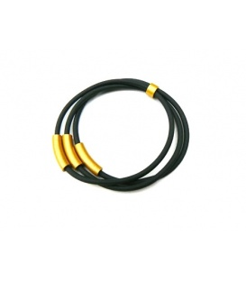 Tjonge Jonge goudekleurige ringen op zwart rubber koord armband